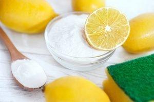 Zitronen, Soda und ein Schwamm