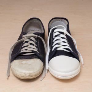 sneakerpaar mit einem dreckigen und einem sauberen schuh