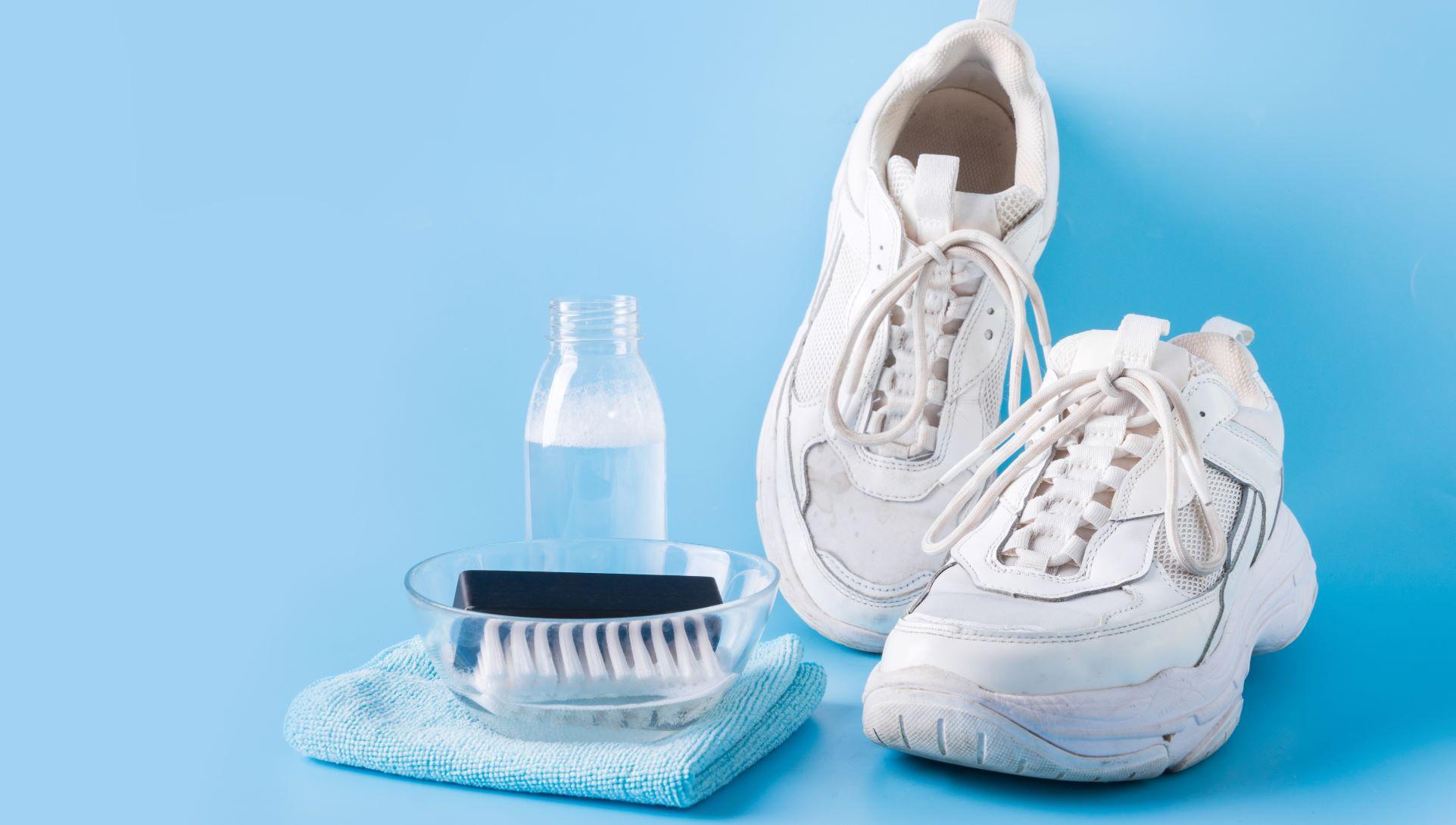 sneaker mit reinigungsmitteln