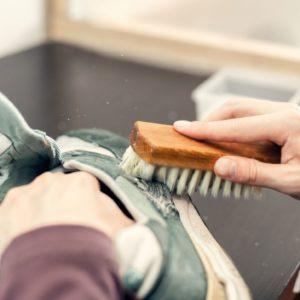 sneaker werden mit bürste gereinigt
